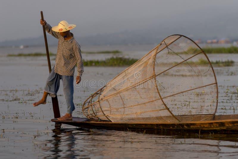 Fiskare på Inle sjön i Myanmar arkivbild