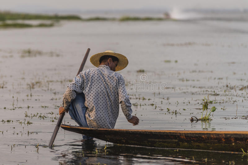 Fiskare på Inle sjön i Myanmar royaltyfri fotografi