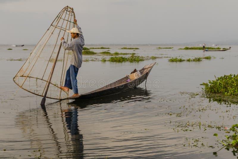 Fiskare på Inle sjön i Myanmar royaltyfria bilder