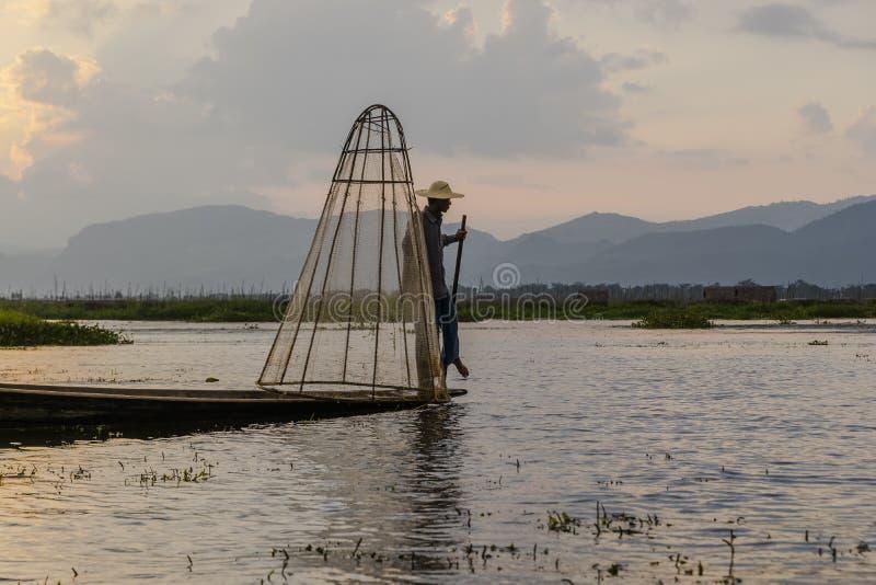 Fiskare på Inle sjön i Myanmar royaltyfri bild