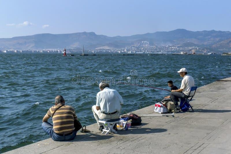 Fiskare på Izmir i Turkiet royaltyfria foton