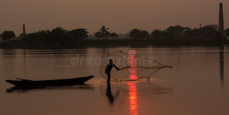 Fiskare som fångar fiskar royaltyfri foto