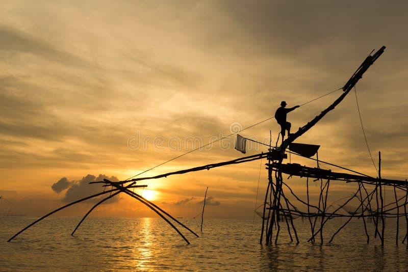 Fiskare som fångar räkaotta i det Phatthalung landskapet, Thailand royaltyfri foto