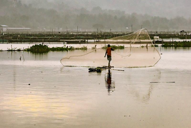 Fiskare som fördelar rengöringsduken royaltyfria bilder