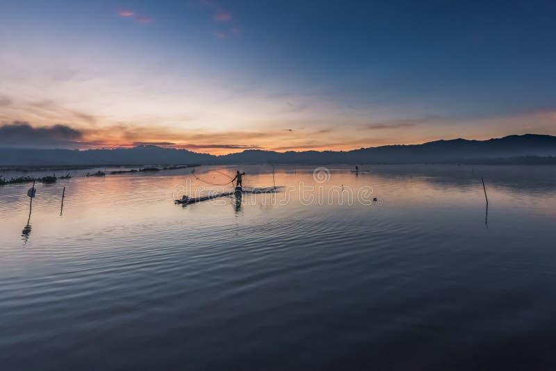 Fiskare som fördelar rengöringsduken royaltyfri fotografi