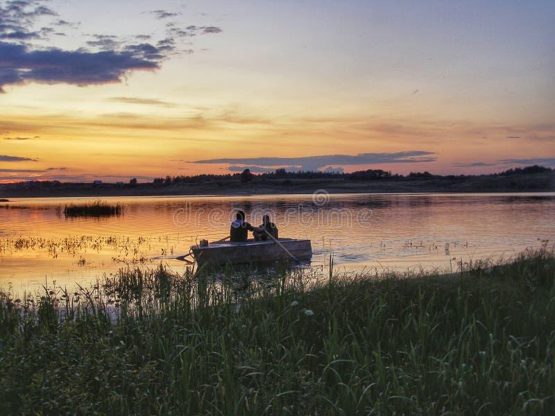 Fiskare som går tillbaka till kusten i eka royaltyfri foto