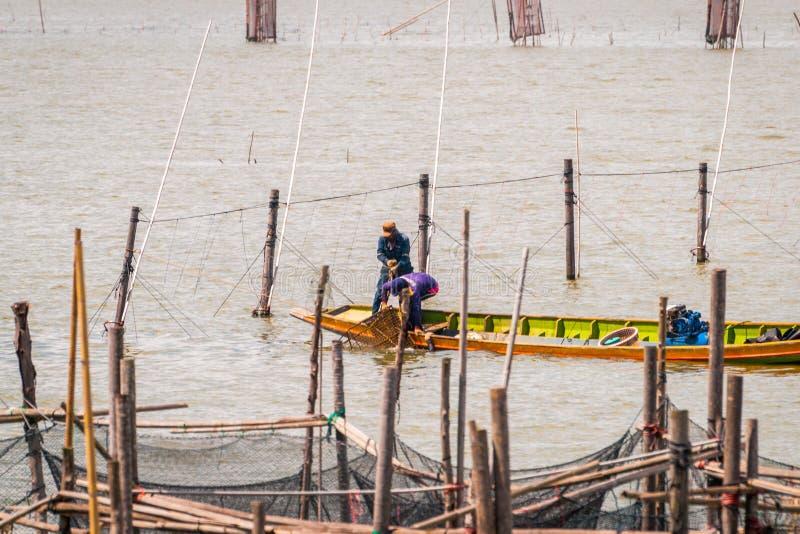 Fiskare som st?ller in - upp buren, Songkhla sj? royaltyfri foto