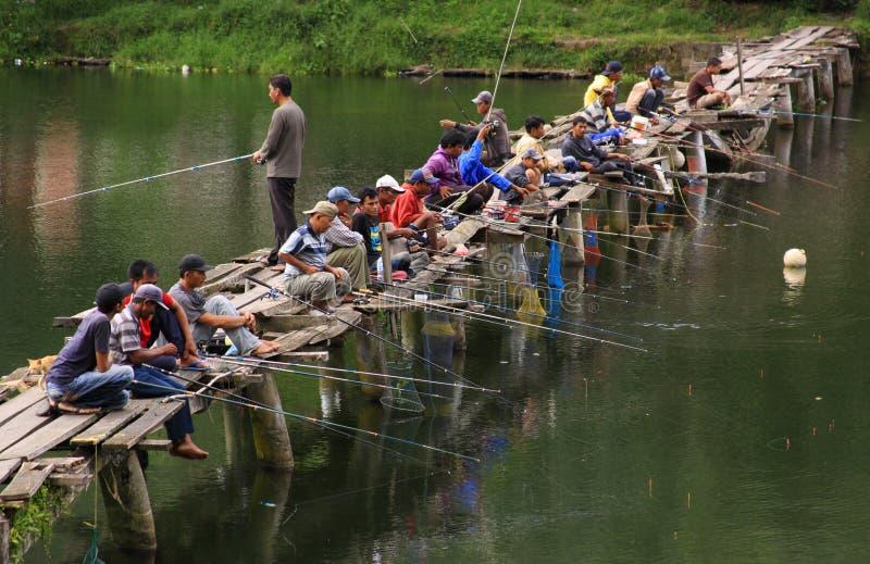 Fiskare tränger ihop bron arkivbild