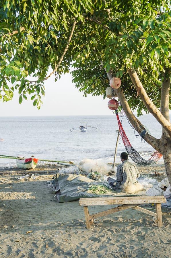 Fiskare på stranden dili East Timor arkivfoto