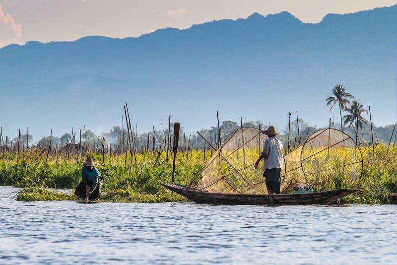 Fiskareeka vid benet p? Inle sj?n, Myanmar fotografering för bildbyråer