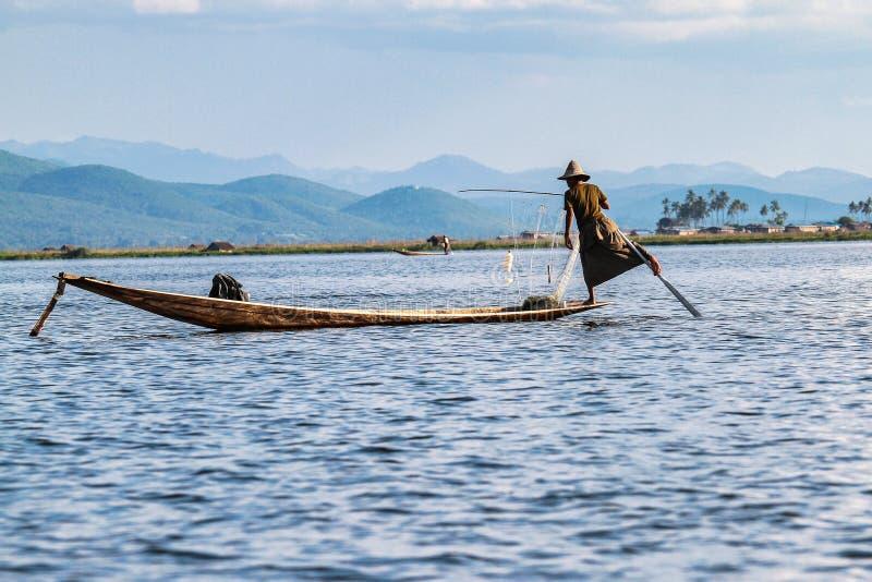 Fiskareeka vid benet p? Inle sj?n, Myanmar arkivfoton