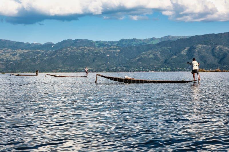 Fiskareeka vid benet p? Inle sj?n, Myanmar royaltyfri bild