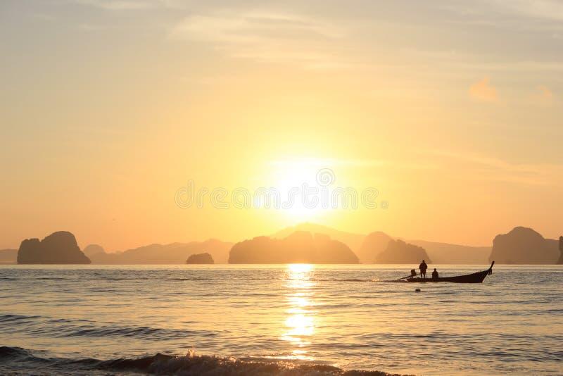 Fiskarefartyg som seglar ut i morgonen, Koh Yao Noi, Thailand fotografering för bildbyråer