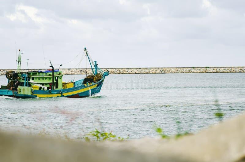 Fiskarefartyg som ut går för att fiska royaltyfri bild