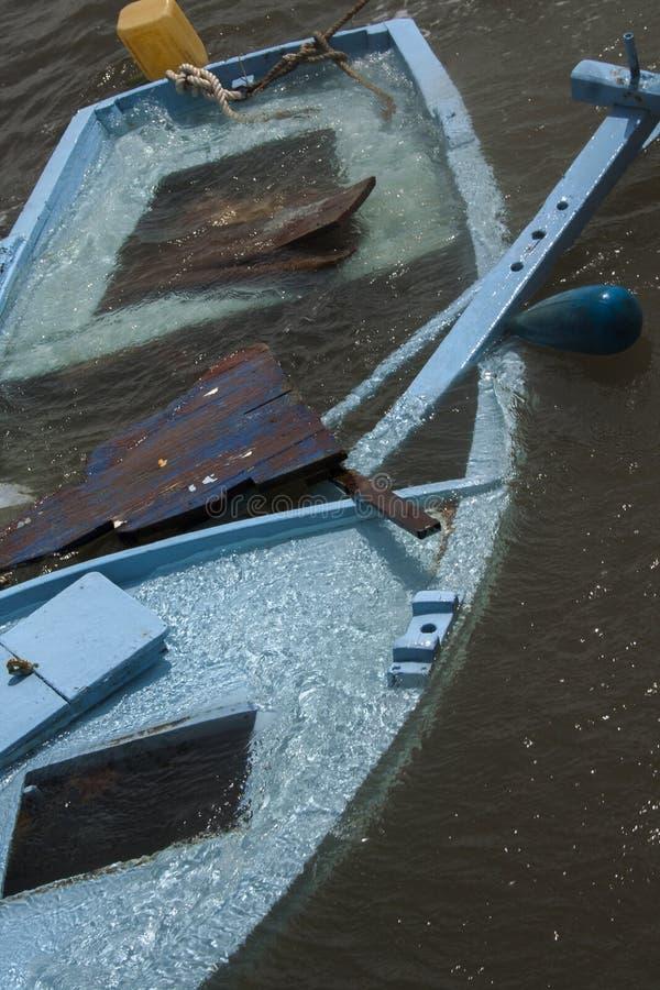 Fiskarefartyg under vatten arkivfoto