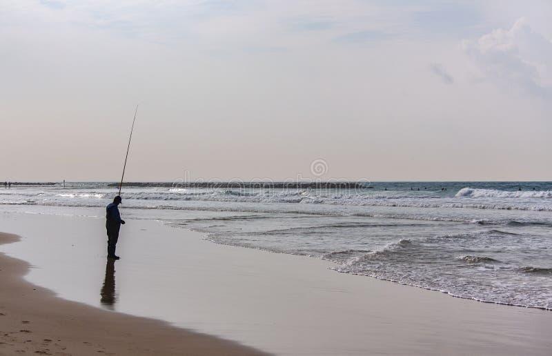 Fiskarefiske på kanten av havet fotografering för bildbyråer