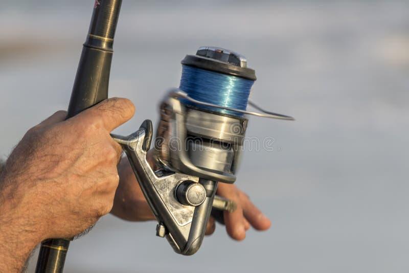 Fiskarehänder stänger sig upp royaltyfri bild