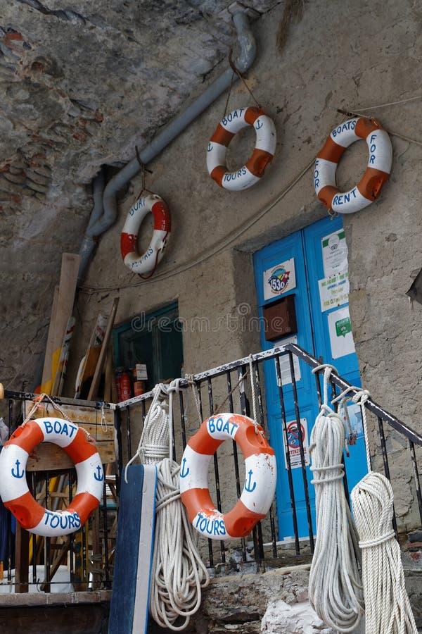Fiskarehjälpmedel i marina av en by av Cinque Terre royaltyfria bilder