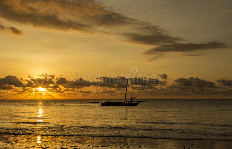 Fiskarekontur på soluppgång arkivbild