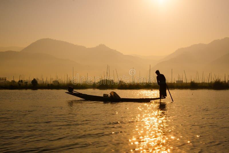 Fiskarelås fiskar för mat i soluppgång i Inle sjön royaltyfria foton