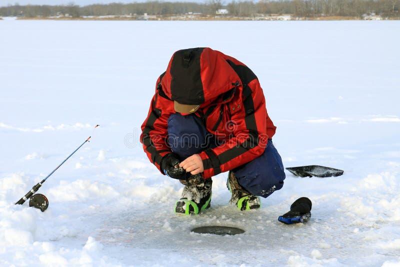 Fiskarelås fiskar i is-hål lies russia transbaikalia för fiskfiskeis bara blockerade vinter royaltyfri foto