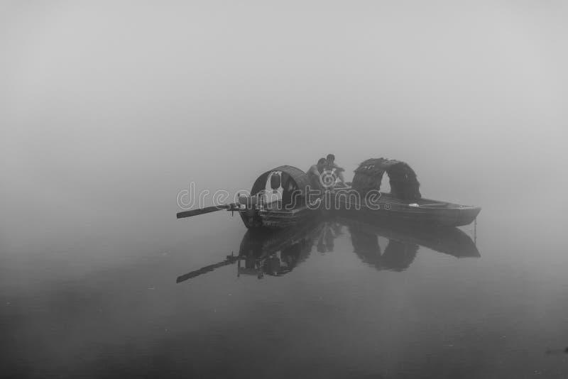 Fiskaren av Misty Small Dongjiang royaltyfri foto