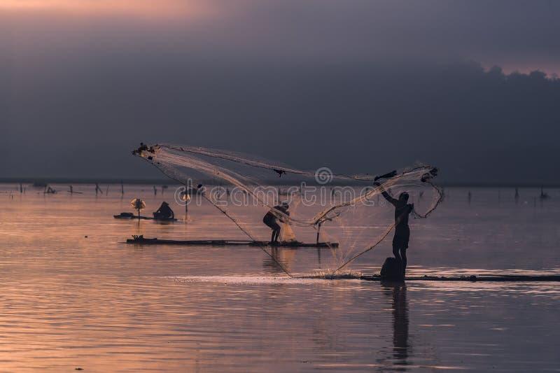 Fiskaren fördelar rengöringsduken arkivfoto