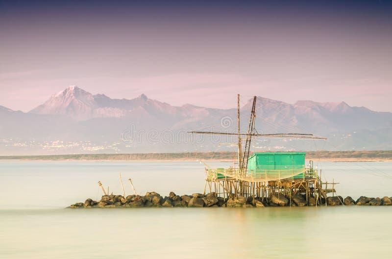 Fiskaren förtjänar längs havet royaltyfria bilder