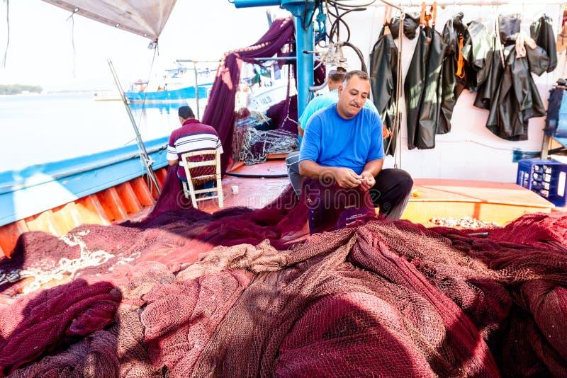 Fiskaren fixar fisken netto royaltyfri bild