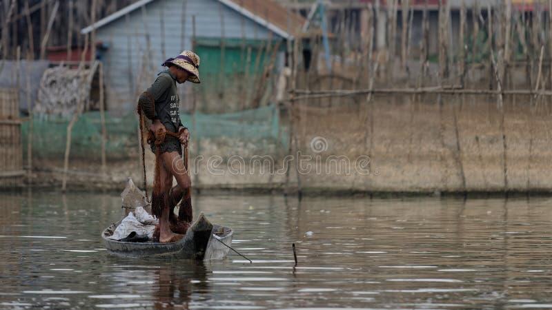 Fiskaren i fartyget, Tonle underminerar, Cambodja royaltyfria bilder