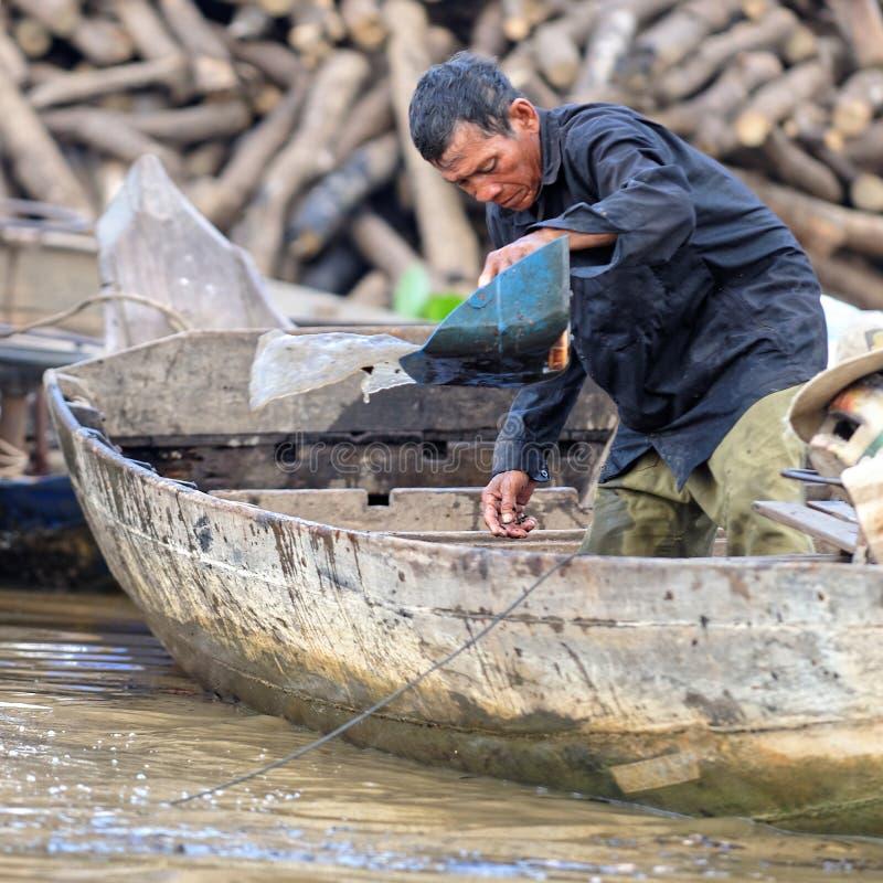 Fiskaren i fartyget, Tonle underminerar, Cambodja royaltyfria foton