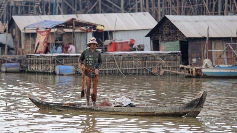 Fiskaren med netto i fartyg, Tonle underminerar, Cambodja arkivfoton