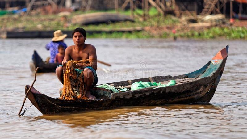 Fiskaren med netto, Tonle underminerar, Cambodja royaltyfri bild