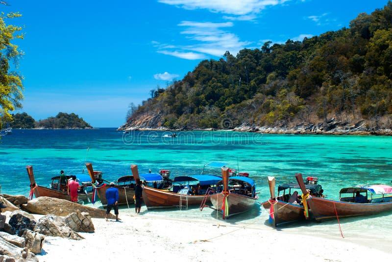 Fiskaren seglade longtailfartyget för att besöka den härliga stranden av Koh Lipe, Thailand arkivfoto