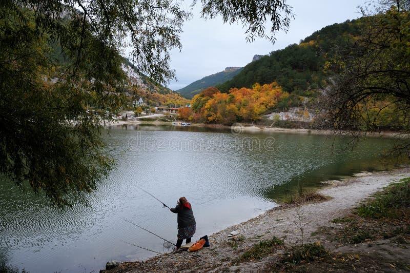Fiskaren vid sjön nära det Crimean Mangup-grönkål berget royaltyfria bilder