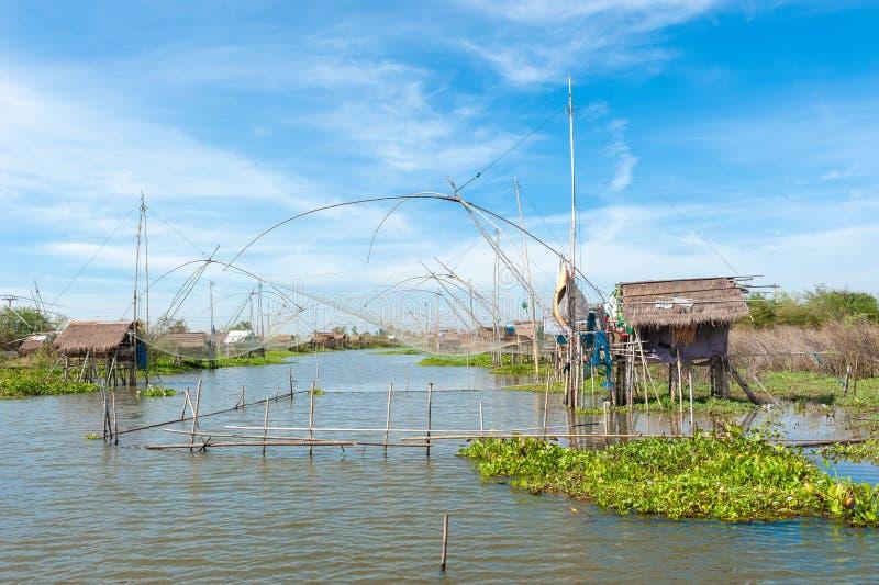 Fiskarens by i Thailand med ett antal fiska hjälpmedel kallade arkivfoton