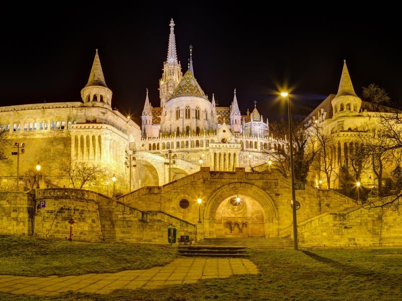 Fiskares bastion och Matthias Church nattsikt, Budapest, Ungern royaltyfria foton