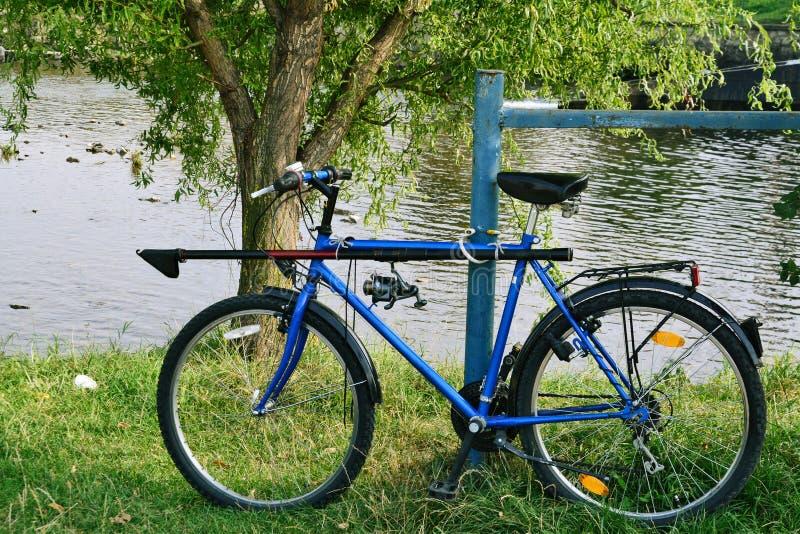 Fiskares cykel med stången och rullen arkivbilder