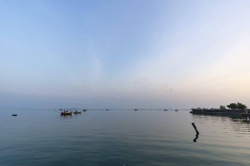 Fiskares hus och sj?sidahus i Sattahip som reflekterar med vattenyttersidan ljus sky arkivfoton