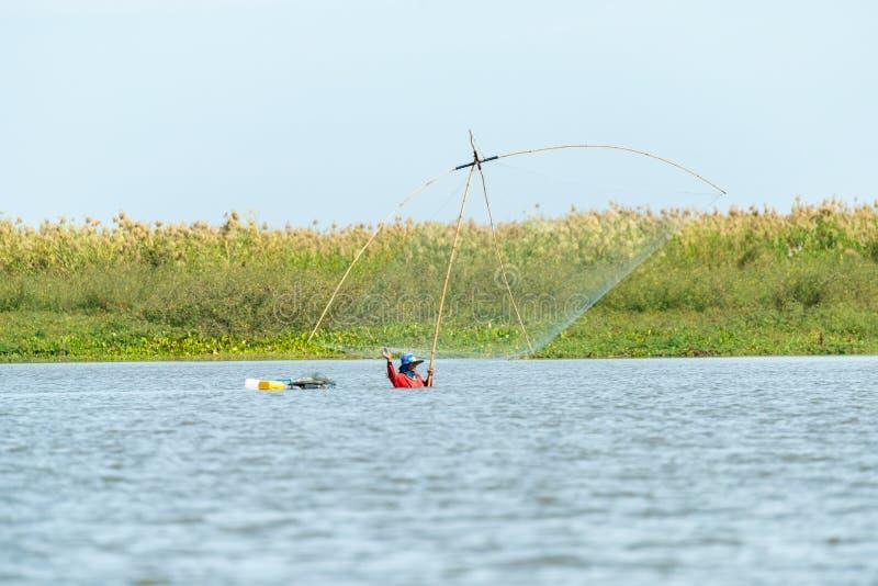 Fiskares by i Thailand med ett antal fiska hjälpmedel som kallas 'Yok Yor ', Thailand traditionella fiska hjälpmedel som gjorde f royaltyfri fotografi