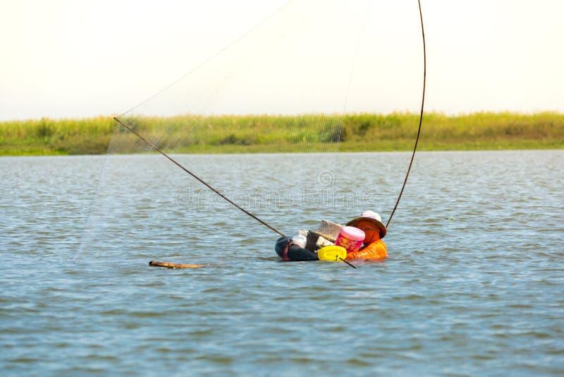 Fiskares by i Thailand med ett antal fiska hjälpmedel som kallas 'Yok Yor ', Thailand traditionella fiska hjälpmedel som gjorde f royaltyfria foton