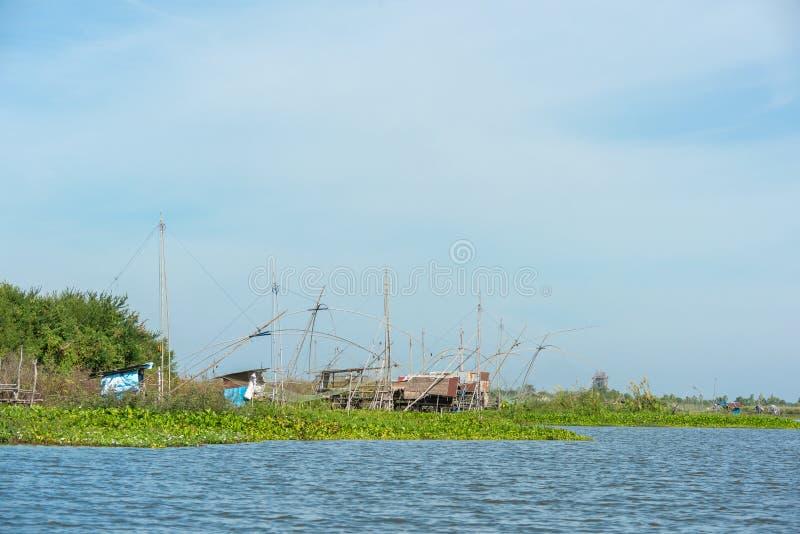 Fiskares by i Thailand med ett antal fiska hjälpmedel som kallas 'Yok Yor ', Thailand traditionella fiska hjälpmedel som gjorde f royaltyfria bilder