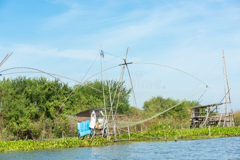 Fiskares by i Thailand med ett antal fiska hjälpmedel som kallas 'Yok Yor ', Thailand traditionella fiska hjälpmedel som gjorde f arkivbild