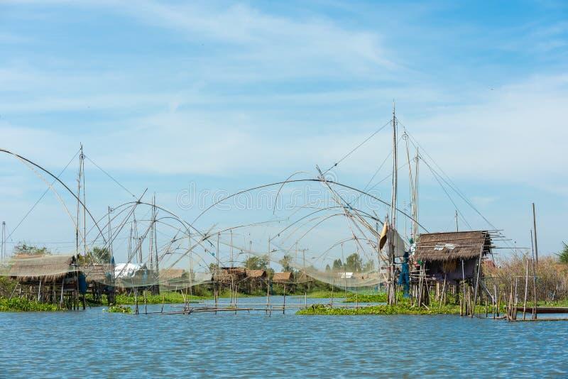 Fiskares by i Thailand med ett antal fiska hjälpmedel som kallas 'Yok Yor ', Thailand traditionella fiska hjälpmedel som gjorde f fotografering för bildbyråer