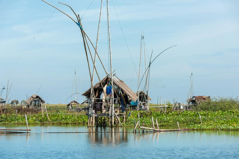 Fiskares by i Thailand med ett antal fiska hjälpmedel som kallas 'Yok Yor ', Thailand traditionella fiska hjälpmedel som gjorde f arkivfoton