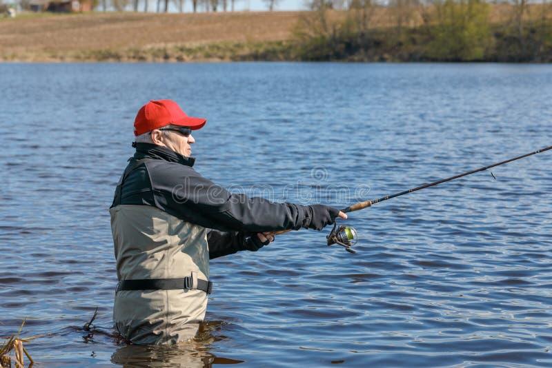 Fiskaresnurrandefiske royaltyfria foton