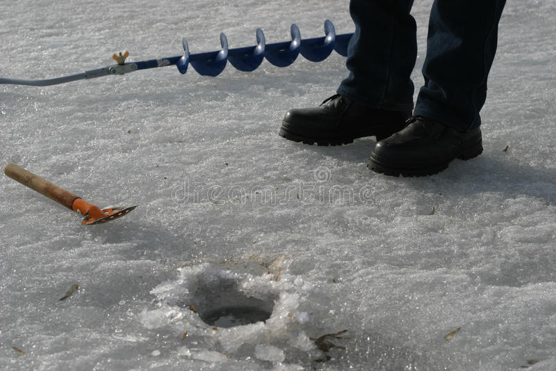 Fiskareutrustning lies för fiskeis bara blockerade vinterzander arkivbild