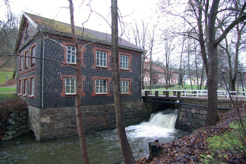 Fiskars,水流程在老水车 库存照片