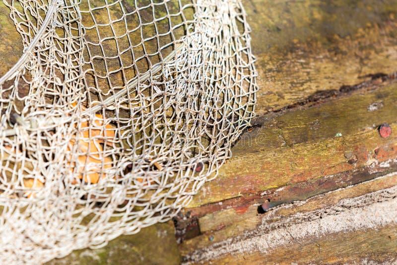 fiske Det vita fisknätet förtjänar på utomhus- träbakgrund royaltyfria bilder