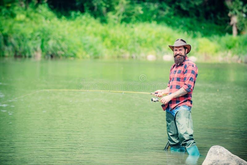 Fiske för amerikansk sportfiskare Manfiske Flyga fiske i den ursprungliga vildmarken av Ryssland royaltyfria bilder